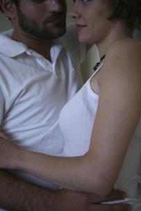 密接に体を寄せ合う男性と女性の写真素材 [FYI03952735]