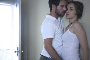 密接に体を寄せ合う男性と女性の写真素材 [FYI03952736]