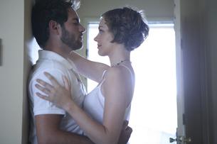 密接に体を寄せ合う男性と女性の写真素材 [FYI03952738]