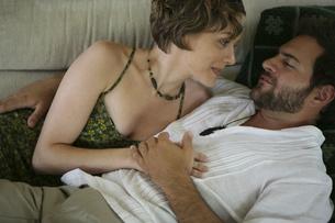 ソファーの上で密接に体を寄せ合う男性と女性の写真素材 [FYI03952748]