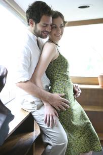 密接に体を寄せ合う男性と女性の写真素材 [FYI03952756]