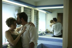 バスルームでキスをする男性と女性の写真素材 [FYI03952773]