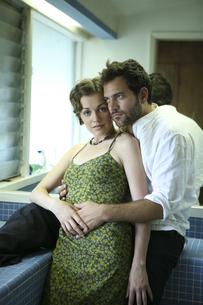 バスルームで抱き合う男性と女性の写真素材 [FYI03952774]