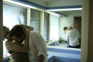 バスルームでキスをする男性と女性の写真素材 [FYI03952776]