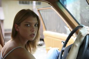 運転席に座りハンドルを握る女性の写真素材 [FYI03952783]
