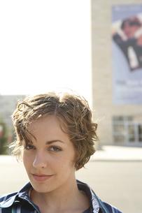 ビルの前に立つ女性の写真素材 [FYI03952788]