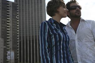 ビルの前に立つ男性と女性の写真素材 [FYI03952789]