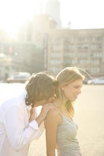 女性の首に背後からキスをする男性の写真素材 [FYI03952798]
