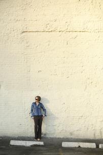 ビルの前に立つ女性の写真素材 [FYI03952807]