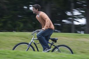 自転車で公園を走る男性の写真素材 [FYI03952816]