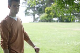 芝生に立った男性の写真素材 [FYI03952821]