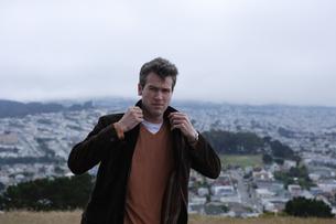 丘の上に立つ男性の写真素材 [FYI03952826]