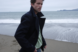 浜辺にいる男性の写真素材 [FYI03952830]