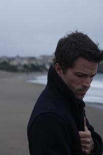 浜辺にいる男性の写真素材 [FYI03952832]
