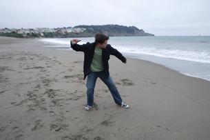 海に石を投げる男性の写真素材 [FYI03952833]