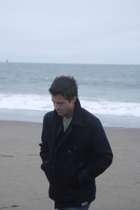 浜辺にいる男性の写真素材 [FYI03952834]