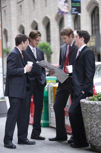 道端で立ち話をするビジネスマンの写真素材 [FYI03952847]