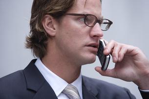 携帯電話で話すビジネスマンの写真素材 [FYI03952852]