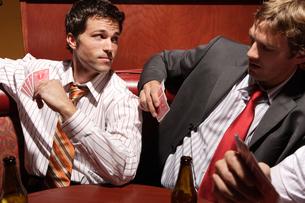 バーでトランプをする男性たちの写真素材 [FYI03952859]