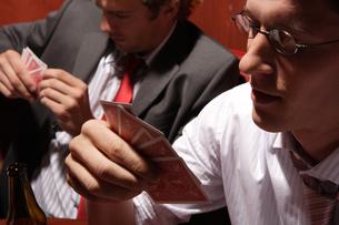 バーでトランプをする男性たちの写真素材 [FYI03952861]