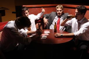 バーのテーブルでビールを飲む男性4人の写真素材 [FYI03952862]