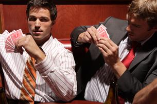 バーでトランプをする男性たちの写真素材 [FYI03952863]