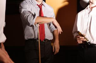 バーでビリヤードをする男性たちの写真素材 [FYI03952866]