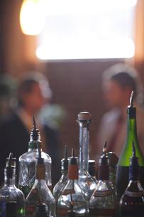 バーで立ち話をする男性2人の写真素材 [FYI03952867]