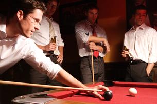 バーでビリヤードをする男性たちの写真素材 [FYI03952868]