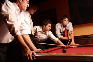 バーでビリヤードをする男性たちの写真素材 [FYI03952871]