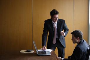 会社で仕事をするビジネスマンの写真素材 [FYI03952889]