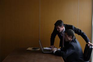 オフィスで部下に指示をするビジネスマンの写真素材 [FYI03952890]