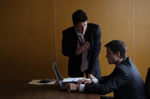 オフィスで部下に指示をするビジネスマンの写真素材 [FYI03952891]