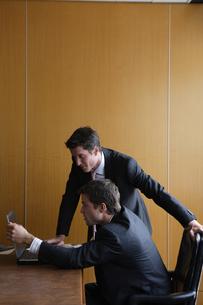 オフィスで部下に指示をするビジネスマンの写真素材 [FYI03952892]
