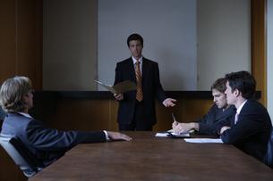 オフィスで会議をするビジネスマンの写真素材 [FYI03952894]