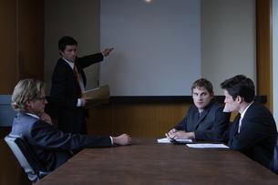 オフィスで会議をするビジネスマンの写真素材 [FYI03952895]