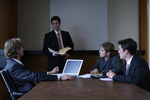 オフィスで会議をするビジネスマンの写真素材 [FYI03952896]