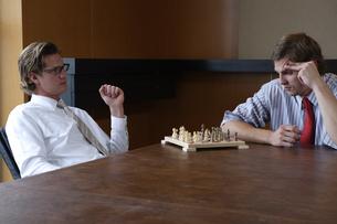 オフィスでチェスをするビジネスマンの写真素材 [FYI03952903]