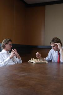 オフィスでチェスをするビジネスマンの写真素材 [FYI03952905]