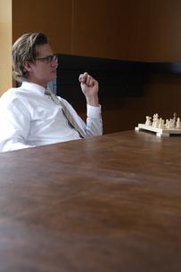 オフィスでチェスをするビジネスマンの写真素材 [FYI03952906]