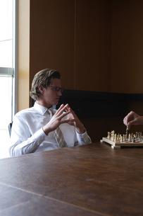 オフィスでチェスをするビジネスマンの写真素材 [FYI03952907]