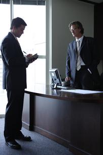 オフィスで部下に指示をするビジネスマンの写真素材 [FYI03952908]