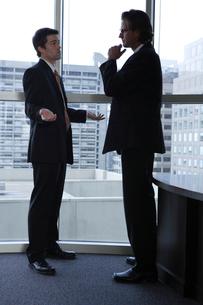オフィスで部下に指示をするビジネスマンの写真素材 [FYI03952911]