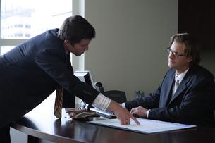 オフィスで部下に指示をするビジネスマンの写真素材 [FYI03952912]