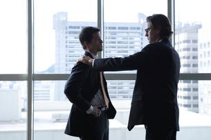 オフィスで部下に指示をするビジネスマンの写真素材 [FYI03952914]