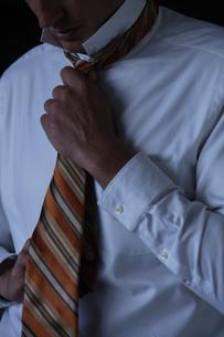 ネクタイを締めるビジネスマンの写真素材 [FYI03952919]