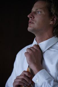 ネクタイを締めるビジネスマンの写真素材 [FYI03952920]