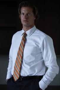 オフィスのデスク前に立つビジネスマンの写真素材 [FYI03952922]