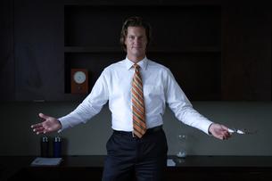 オフィスのデスク前に立つビジネスマンの写真素材 [FYI03952923]