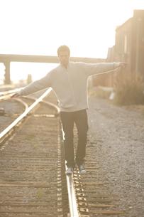 線路の上を歩く男性の写真素材 [FYI03952925]